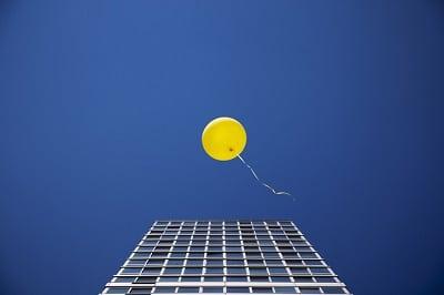 """Zur Ergänzung des Textes """"Mut machen"""". Luftballon steigt auf"""